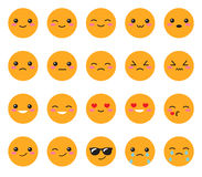 Gesetztes gelbes Gefühlgesicht Gesetztes Japanerlächeln Rundes, gelbes Kawaii stellen auf einem weißen Hintergrund gegenüber Nett Lizenzfreie Stockfotos