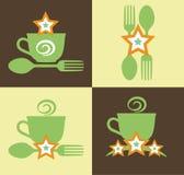 Gesetztes grünes Logo mit Wort Schnellimbiß, Gestaltungselementen Kappe, Löffel und Gabel an einer Dunkelheit und an einem hellen Lizenzfreie Stockfotos