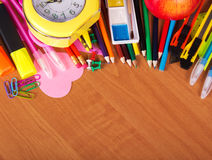Gesetztes helles Briefpapier, Farbe, Wecker und Apfel auf dem Desktop Stockbild