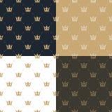 Gesetztes nahtloses Muster im Retrostil mit einem Weiß und Gold krönen auf einem des Goldes, weißen und Braunen Hintergrund des B Stockfoto