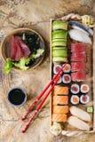 Gesetztes nigiri, Rollen und Sashimi der Sushi Lizenzfreie Stockfotos