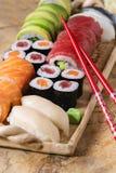Gesetztes nigiri und Rollen der Sushi Stockbilder