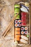Gesetztes nigiri und Rollen der Sushi Lizenzfreies Stockfoto