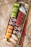 Gesetztes nigiri und Rollen der Sushi Stockfoto