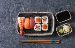Gesetztes nigiri und Rollen der Sushi Lizenzfreies Stockbild