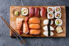 Gesetztes nigiri und Rollen der Sushi Stockfotos