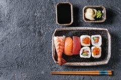 Gesetztes nigiri und Rollen der Sushi Lizenzfreie Stockfotografie