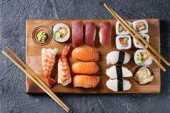 Gesetztes nigiri und Rollen der Sushi Stockbild