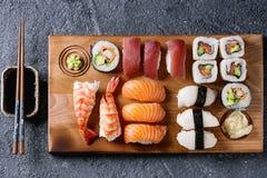 Gesetztes nigiri und Rollen der Sushi Stockfotografie