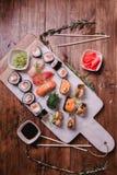 Gesetztes nigiri und Rollen der Sushi dienten auf braunem Holztisch auf marbel Steinplatte Draufsichtlebensmittelphotographie Stockfotos