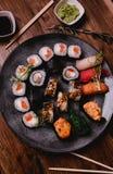 Gesetztes nigiri und Rollen der Sushi dienten auf braunem Holztischhintergrund Draufsichtlebensmittelphotographie Lizenzfreies Stockbild