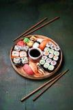 Gesetztes nigiri und Rollen der Sushi dienten in der Ronde Stockfotos