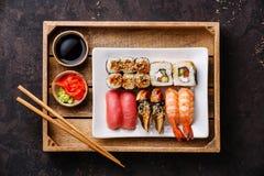 Gesetztes nigiri und Rollen der Sushi im Behälter Lizenzfreies Stockbild
