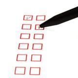 Gesetztes Ticken im roten quadratischen Kasten Stockfoto