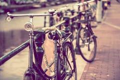 Gesichertes altes Fahrrad stockfotos