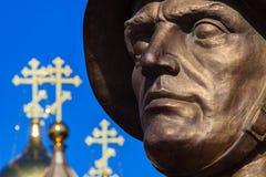 Gesicht auf einem blauen Hintergrund Stockbilder
