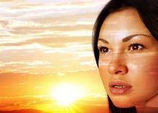 Gesicht auf einem Sonnenuntergang lizenzfreies stockfoto