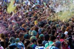 Gesicht in ColorFest - Festival von Farben Stockfotografie