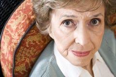 Gesicht der ernsten älteren Frau, die entlang der Kamera anstarrt Lizenzfreie Stockbilder