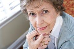 Gesicht der ernsten älteren Frau, die entlang der Kamera anstarrt Stockfotografie