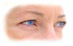 Gesicht der Frau mit bunten blauen Augen. Stockbild