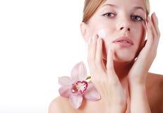 Gesicht der Frau und der Orchidee Lizenzfreie Stockbilder