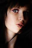 Gesicht der Frau unter schwarzem Tuch stockfoto