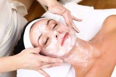 Gesicht der Frauen, die eine Badekurortbehandlung erhalten Lizenzfreies Stockbild