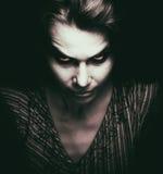 Gesicht der furchtsamen Frau mit bösen Blicken lizenzfreie stockfotos