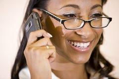 Gesicht der hübschen African-Americanfrau am Telefon stockfotografie
