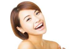 Gesicht der jungen Frau der Nahaufnahme auf weißem Hintergrund stockbilder