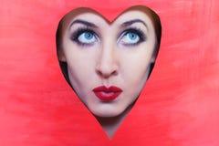 Gesicht der jungen Frau im roten Inneren Stockfotografie