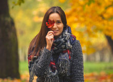 Gesicht der jungen Frau mit Ahornblättern Stockfotos
