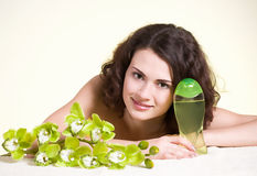 Gesicht der jungen Frau mit Blume lizenzfreies stockbild