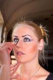 Gesicht der jungen Frau mit dem Anwenden des Naturschönheitsmakes-up Stockfoto