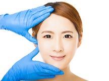 Gesicht der jungen Frau mit medizinischem Schönheitskonzept lizenzfreie stockfotos