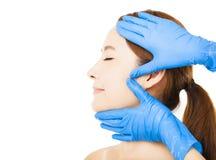 Gesicht der jungen Frau mit medizinischem Schönheitskonzept stockfoto