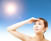 Gesicht der jungen Frau mit Sonnenlichthintergrund Stockfotografie