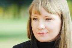 Gesicht der jungen ruhigen blonden Frau stockfotografie