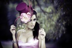 Gesicht der jungen schönen Frau in einem Weinlesehut lizenzfreie stockfotografie