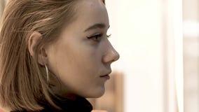 Gesicht der jungen Schönheit, die in der sinnlichen Aufregung des Großstadtspeichers auf ihrem Gesicht verloren ist stock video