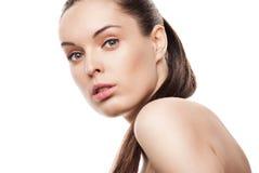Gesicht der schönen Frau mit sauberer Haut auf Weiß lizenzfreies stockbild