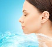 Gesicht der schönen jungen Frau und Wasser spritzt Lizenzfreies Stockfoto
