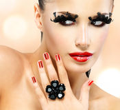 Gesicht der schönen Modefrau mit den roten Lippen Stockfotografie