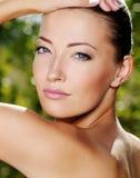 Gesicht der schönen reizvollen Frau draußen Stockbilder