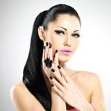 Gesicht der schönen Frau mit schwarzen Nägeln und den rosa Lippen Stockfotos