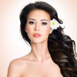 Gesicht der Schönheit mit einer Blume stockfotos