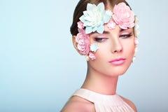 Gesicht der Schönheit verziert mit Blumen Stockfotos