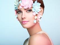 Gesicht der Schönheit verziert mit Blumen Stockfotografie