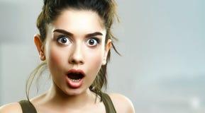 Gesicht des überraschten überraschten jungen Mädchens stockfotografie